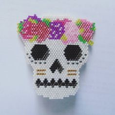 Broche flower skull  #perlesaddict #miyuki #tissageperles #perlezmoidamour #jenfiledesperlesetjassume #perlesmiyuki #perlesetbobines #motifperlesetbobines #brocheperle #perlesandco #skull #fleurs #faitmain