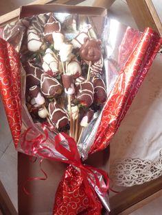 Bouquet de 12 fresas, masmelos, uchuas y chocolatinas a solo $30.000. Contactanos 3144359644 - 4856483 https://www.facebook.com/fresasachocolatadasymas