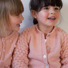 De twee nichtjes hadden plezier op de fotoshoot #lannoo #julesenjulievoorgrootenklein #julijasshop #merinos #filatureduvalgaudemar