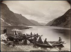 Hardanger, Hjemkomst fra Kirke             3              Plus récent Plus ancien  ca. 1880-1890 Sted / Place: Hordaland, Hardanger, Norway Fotograf / Photographer: Axel Lindahl (1841-1906)