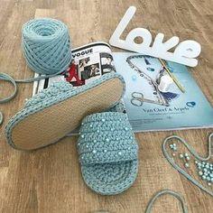 19 Zapatillas chancla super Coquetonas !! | Otakulandia.es Crochet Slipper Pattern, Crochet Basket Pattern, Crochet Hooded Scarf, Knitting Patterns, Crochet Patterns, Crochet T Shirts, Knit Shoes, Crochet Baby, Knit Crochet