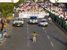 Hrabri 12-godišnji dječak sam je stao pred rulju od 11.000 anti-gej…