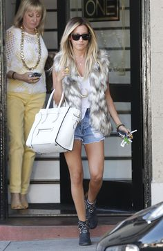 PHOTOS Shorts courts et des jambes chaudes de Ashley Tisdale - Photos Ashley Tisdale