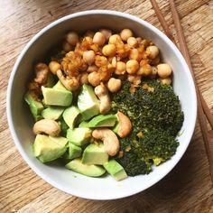 La salade toute simple : pois chiches, brocoli et avocat 😊 Mais ce qui change tout c'est l'utilisation abusive de la sauce du poke bowl 😅 Je l'aime troooop cette sauce (gingembre, miel, huile d'olive et sauce soja) 😍 J'espère que vous avez passé une bonne journée, le week-end approche 🙏😊🙌 #salade #avocat #green #veggies #vegan #japanese #foodies #yum #sport #healthy #recette #regimeuse #tbc #365bodybylucile #bbg #plaisir #befit #semuscler #poischiches #nuts