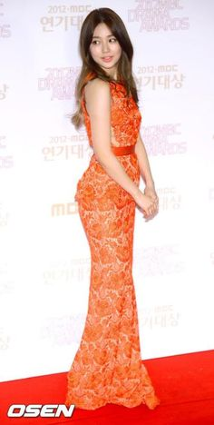 Yoon Eun Hye looks gorgeous in this bright red stella mccartney gown. love her :)