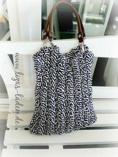 Gehäkelte Tasche in Marineblau und Weiß aus Zpagetti-Garn http://de.dawanda.com/product/63338743-Blau-weisse-Haekeltasche