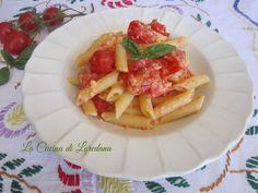 Un primo piatto semplice e veloce da preparare ma che vi conquisterà subito: Penne strapazzate con pomodorini, cremose ed irresistibilmente buone