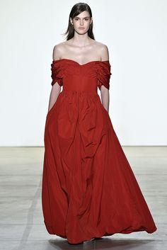 Alerta Fashion Week - NY Feminino - Os tons de vermelho sempre ganham destaque, principalmente nas coleções de Inverno. Nesta temporada, a aposta é pela versão mais vibrante da cor, que foi escolhida por diversas marcas, tanto em propostas casuais como sociais. Imagem: Brock