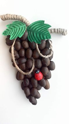 кофейные вытворялки — магнитики | OK.RU Coffee Beans, Jute, Burlap, Plastic Spoon Crafts, Coffee Crafts, Handmade Birthday Cards, Coffee Art, Mugs, Hessian Fabric