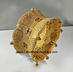 Latest Collection of Indian Gold and Diamond Jewellery from Traditional to Contemporary Designs. Gold Chain Design, Gold Bangles Design, Gold Jewellery Design, Pearl Necklace Designs, Gold Mangalsutra Designs, Fancy Jewellery, Bridal Bangles, Hand Jewelry, Schmuck Design