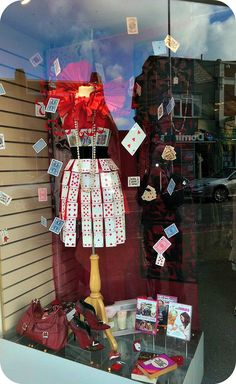 Visual Merchandising Displays, Visual Display, Charity Shop Display Ideas, Shop Ideas, Store Displays, Booth Displays, Retail Displays, Window Display Retail, Shop Interior Design