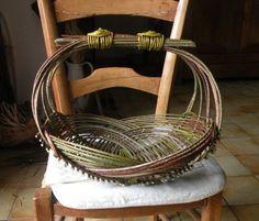 Willow Weaving, Basket Weaving, Wire Baskets, Baskets On Wall, Pine Needle Crafts, Twig Furniture, Bamboo Art, Newspaper Basket, Weaving Art