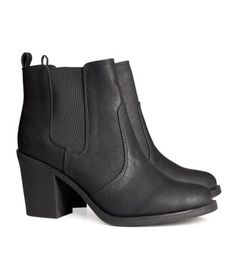 Ankle boots in imitation leather with elastic gores in the sides and rubber soles. Heel 8 cm. 199kn | HM HR