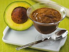 1 abacates bem maduro 2 colheres (sopa) de mel 2 colheres (sopa) de cacau em pó  1 fava de baunilha ou uma colher (chá) de extrato de baunilha 5 colheres (sopa) de Chia (opcional) 3 Amêndoas fatiadas