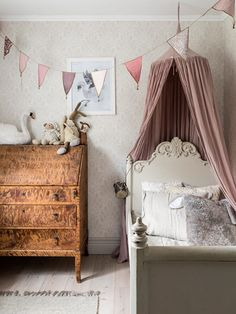 Vintage Bedroom little girls bedroom - Kids' bedrooms have gotten so much cooler. If only we could turn back the hands of time and be a kid again. Here are 18 awesome children's bedrooms that are so rad, we wish they were ours! Playroom Decor, Kids Decor, Home Decor, Decor Ideas, Room Ideas, Nursery Decor, Kids Room Design, Little Girl Rooms, Cool Rooms