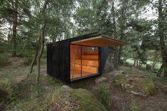 Casa pousa suave nas pedras do bosque. Retiro cercado de verde oferece descanso