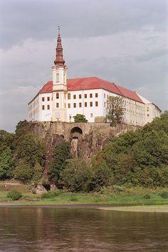 Castle in Děčín Prague Spring, Places To Travel, Places To Visit, Prague Czech Republic, Europe Photos, Amazing Buildings, Kirchen, Cathedral, Beautiful Places