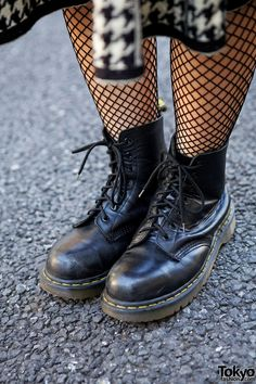 Doc Martens have been in style for almost 60 years, discover what made them so popular. We also discuss how to wear them in style! Doc Martens Outfit, Doc Martens Boots, Dr. Martens, Doc Martens Stiefel, White Doc Martens, Doc Martens Style, Fishnet Socks, Fishnet Stockings, Bomber Jacket Outfit