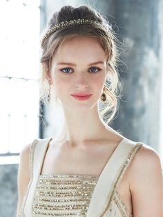 ゴールドのベースにビジューがきらめくカチューシャを、抜け感のあるアップヘアのアクセントに効かせて。 ドレスとイヤリングもゴールドを効かせたア...
