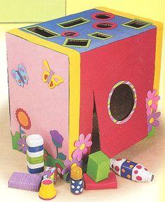 Sabe aquela caixa de papelão que veio do supermercado ou da TV nova que chegou? Ela pode virar um brinquedo bem divertido para as crianças. Que tal fazer um super brinquedo de encaixe geométrico co…