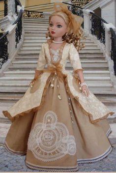 Boneca com vestuário estilo rococó.