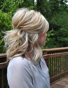 Une attache bombée Une coiffure qui donne beaucoup de volume aux cheveux.