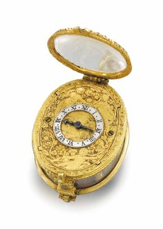 A RARE AND EARLY GILT METAL AND ROCK CRYSTAL OVAL PRE-BALANCE SPRING SINGLE HAND PENDANT WATCH. UNSIGNED, CIRCA 1650.