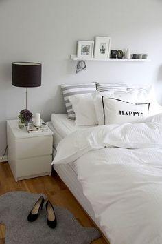 低めのチェストをベッドサイドに置くだけでも、区切られ感は演出できます。 さらにランプを置いて高さも出して活用してみましょう♪