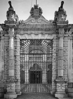 The main gate of the Galveias Palace, Lisbon World Cultures, Cool Art, Fun Art, Lisbon, Portuguese, White Photography, Old Photos, Big Ben, Barcelona Cathedral