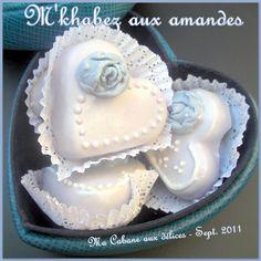 Un gâteau algérien au glaçage royal : Mkhabez ou Mkhabaz au bon goût de zeste de citron et aux amandes torréfiées. Ce gâteau traditionnel algérois