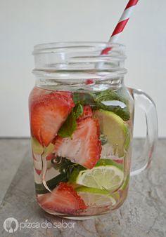 Agua con pepino, fresas, menta y limón www.pizcadesabor.com