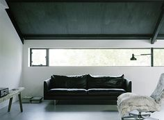 Loft with black leather couch Rue Verte, Black Ceiling, My Living Room, Living Area, Concrete Floors, Leather Sofa, Black Leather, Interiores Design, Interior Architecture