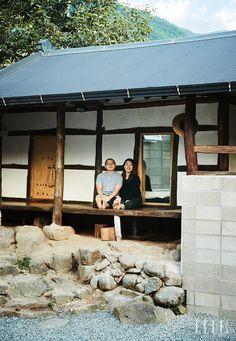 수도권을 떠나본 적 없는 부부가 서울에서 300km 떨어진 하동으로 이사했다. 그들은 묻는다. 꼭 서울에서 살아야 하나요? 하동군 악양면에 자리한 김자혜, 박주영 부부의 집. '악양'은 돌과 볕이 많아서 생긴 이름이다. 현관에 들어서자마자 보이는 거실 풍경. 지리산 자락이 보이는 서쪽으로 창문을 크게 냈다. 주로 집에서 일하기 때문에 거실 가운데는 식사도