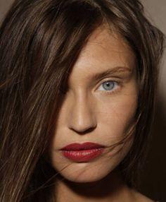 Red lip, nude eye.