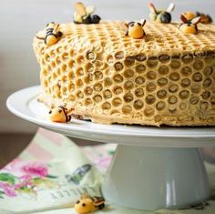 This amazing honeycomb cake has 10 layers. Check out the recipe with photos. This amazing honeycomb cake has 10 layers. Check out the recipe with photos. Food Cakes, Cupcake Cakes, Bee Cakes, Cake Cookies, Beautiful Cakes, Amazing Cakes, Honeycomb Cake, Cake Recipes, Dessert Recipes