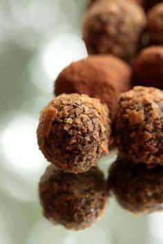 Truffes au chocolat noir de Valrhona , enrobage croustillant aux gavottes | On Dine chez Nanou