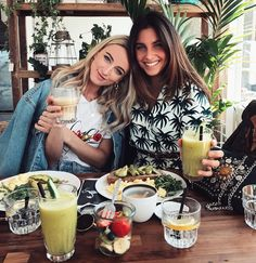 "19.7 mil curtidas, 157 comentários - NOOR (@queenofjetlags) no Instagram: ""Always the best time with my golden girl @kaesutherland ⭐️"""