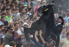 Das Fest des Heiligen Juan in Ciutadella auf der spanischen Mittelmeerinsel Menorca ist eine gefährliche Angelegenheit. Die vielen Besucher drängen sich um die Reiter, die den sogenannten Mandelkampf austragen.