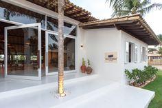 Localizada na Vila do Outeiro, está a 5min de 3 praias: Espelho, Amores e Outeiro. Possui 7 suítes amplas, claras e arejadas, ar condicionado, TV, internet e fr #pousada #arquitetura #ConsueloJorge