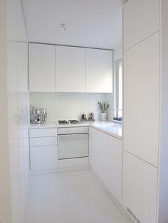 Cozinhas pequenas! Em cozinhas de área reduzida opte por colocar móveis brancos, visualmente terá um resultado muito agradável e de grande luminosidade. [Txt_Inception Architects Studio]
