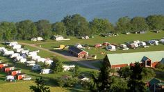 Getingaryds Camping lies on the shore of Lake Vättern. 9 km north of Gränna on the road to Ödeshög. There is a bathing area, playground and mini golf course.