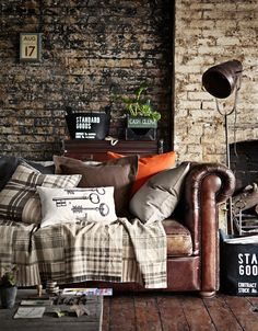 кожаный коричневый диван и покрывало с принтом