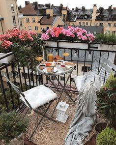 Small Balcony Garden, Small Balcony Decor, Balcony Flowers, Balcony Design, Patio Design, Balcony Ideas, Apartment Balcony Decorating, Budget Home Decorating, Porch Decorating