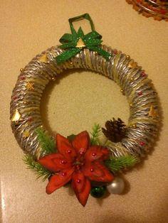 Zlatý vianočný veniec na dvere urobí radosť domácim aj návštevám.