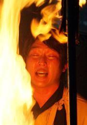 2010年 護摩行を行った新井は、立ち上る火柱を前に読経する(撮影・加藤哉)