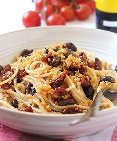 Spaghetti ammollicati con pomodorini secchi e olive taggiasche