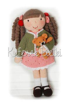 Corinna - zabawka wykonana ręcznie na szydełku. Lalka ubrana jest w sukienkę, sweterek oraz szydełkowane buciki. Wielkość lalki : około...