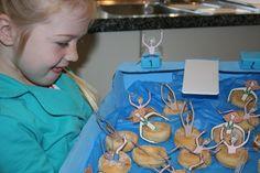 Zwembad traktatie met zwembanden van donuts en leuke poppetjes van Geny trakteert