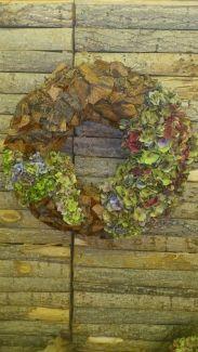 """Pakket """"hortensia krans"""".  Een all-in-one-pakket waar alle materialen in zitten om dit stuk te maken. Tevens zijn ook alle materialen om te bloemschikken verkrijgbaar bij ons."""