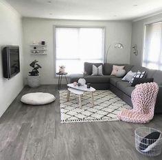 deco salon moderne, tapis berbère, coussin de sol blanc, tv mural écran suspendu
